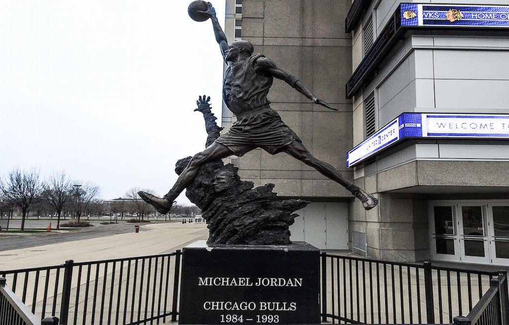 michael-jordan-chicago-bulls-monumento