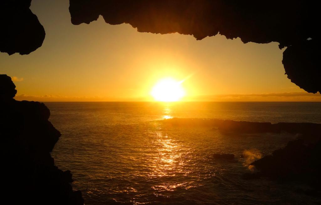 caverna-ana-kakenga-ilha-de-pascoa-sunset